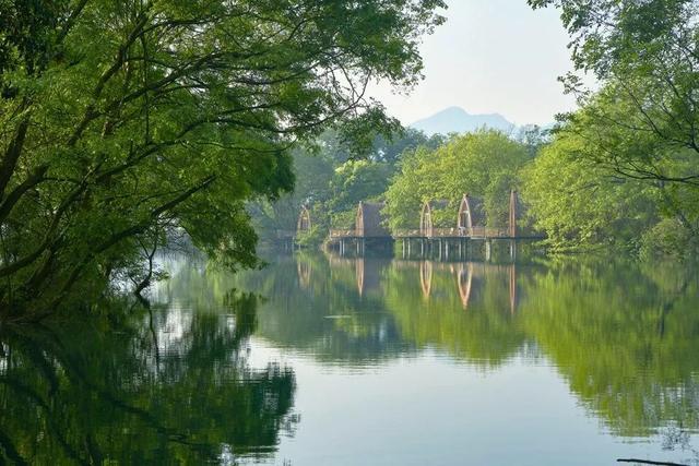 靠山滨水的船屋民宿,水上最有个性的乡村客栈