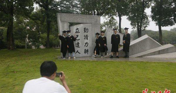 霸气!武汉一高校毕业生在校园内开拖拉机巡游